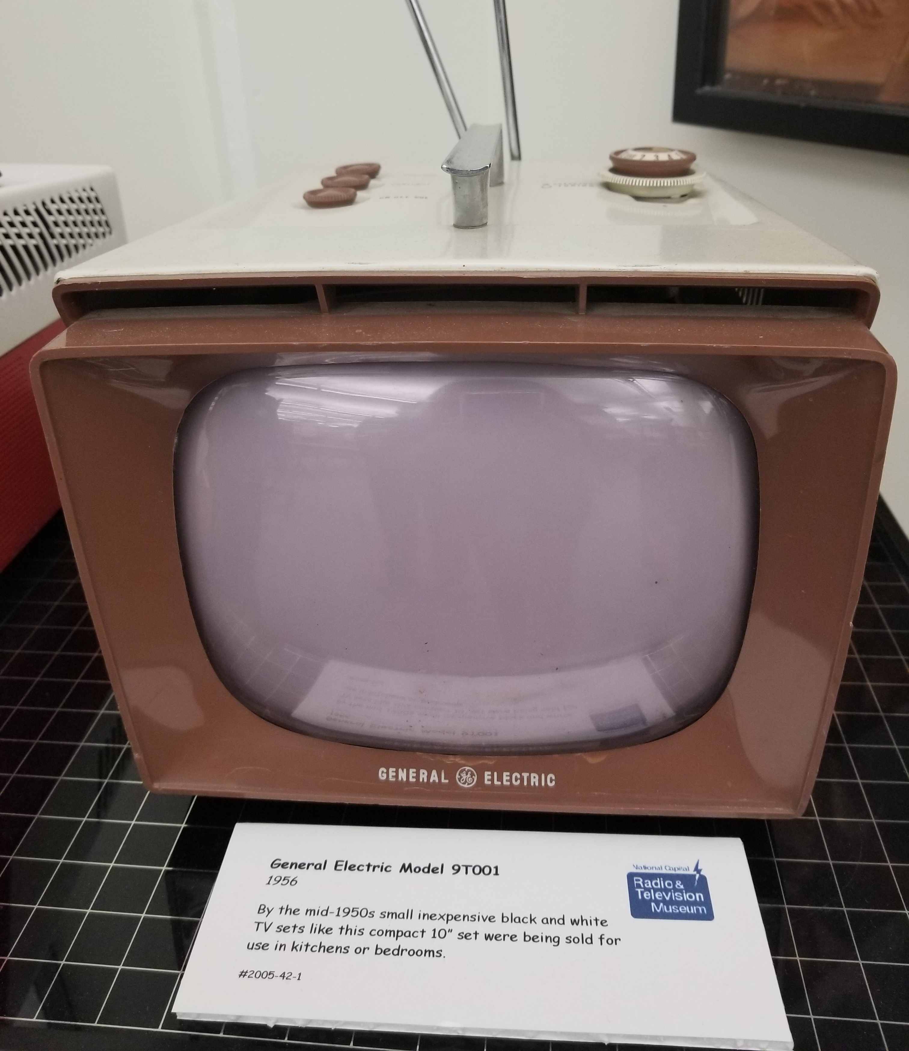 General Electric Model 9T001 television
